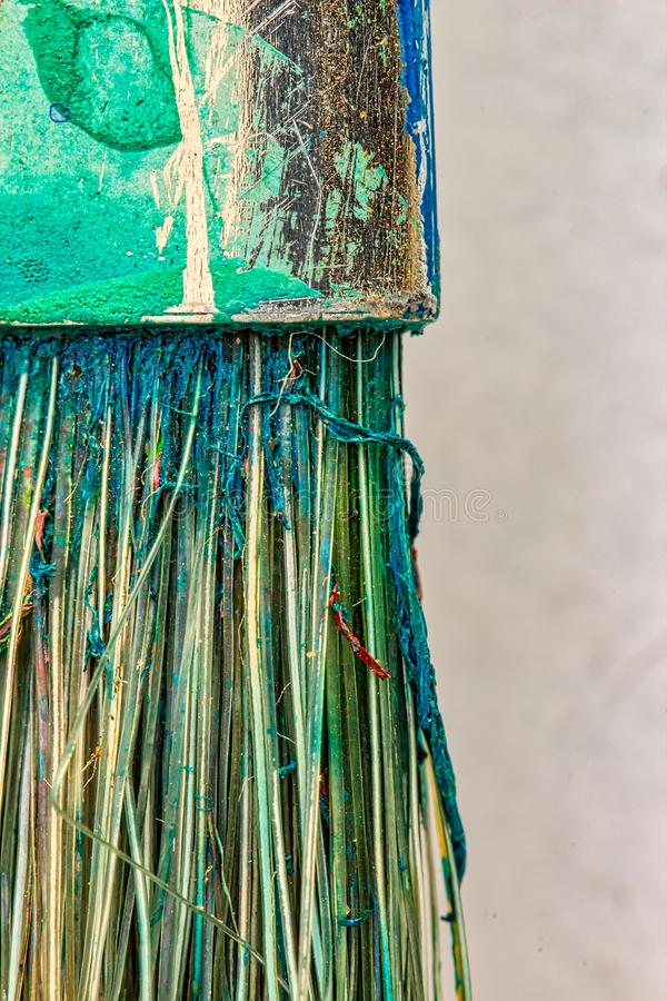 一把使用的刷子的宏观照片-一把使用的刷子的线代和刺毛的细节与干燥油漆残余的  免版税图库摄影