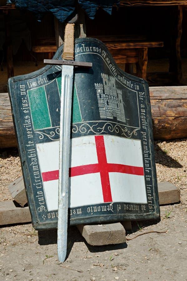 一把剑和盾有未认出的徽章的 库存图片
