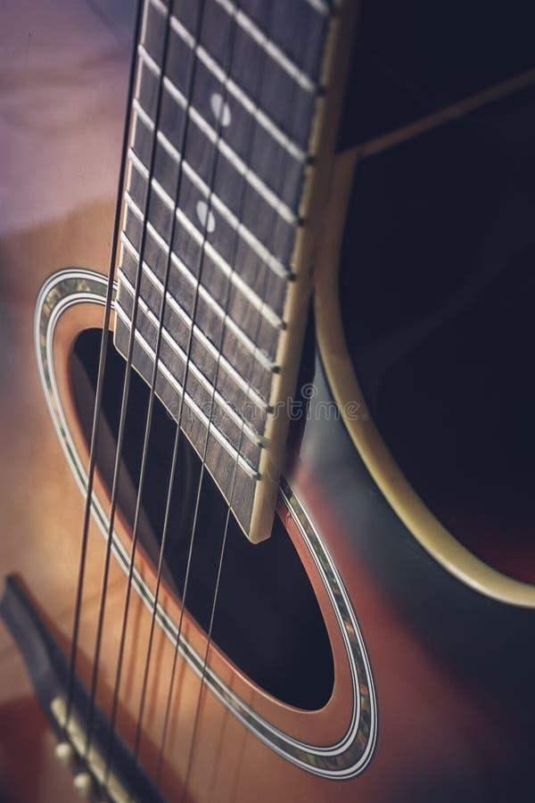 一把声学吉他的特写镜头 免版税库存图片
