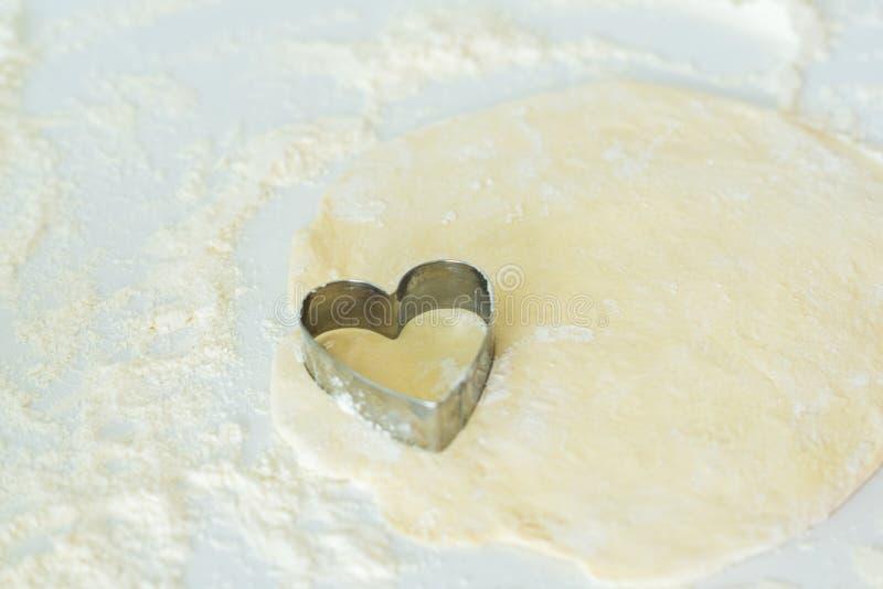 一把心形的曲奇饼切削刀 免版税库存照片