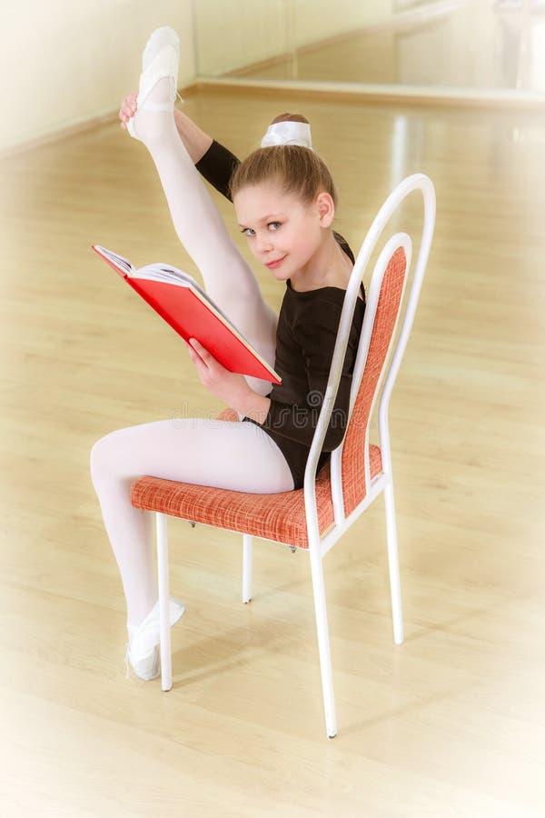 一把椅子的舞蹈家与舞蹈学校 库存图片