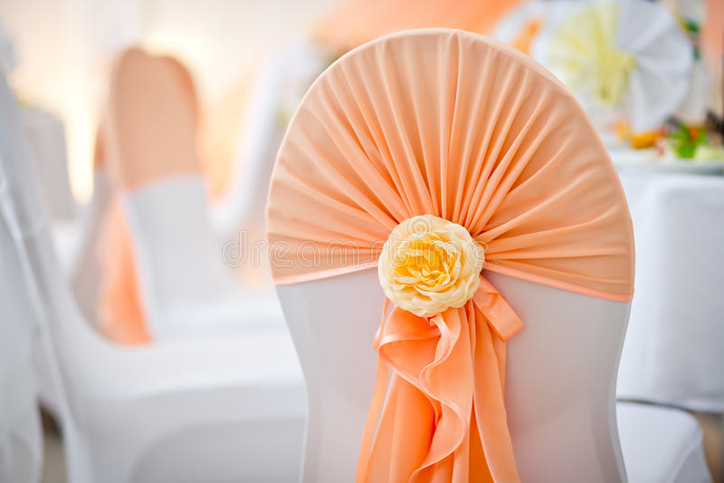 一把椅子的装饰在一个婚礼宴会的在餐馆 免版税库存照片