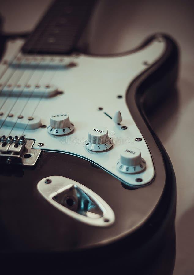 一把精密和美丽的黑吉他 库存照片