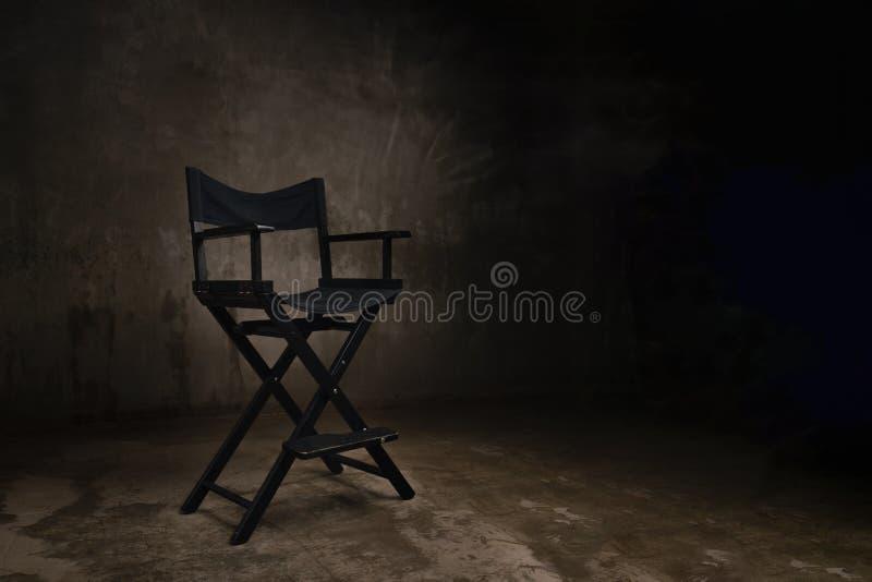 一把黑木椅子在照相馆站立反对背景 库存照片
