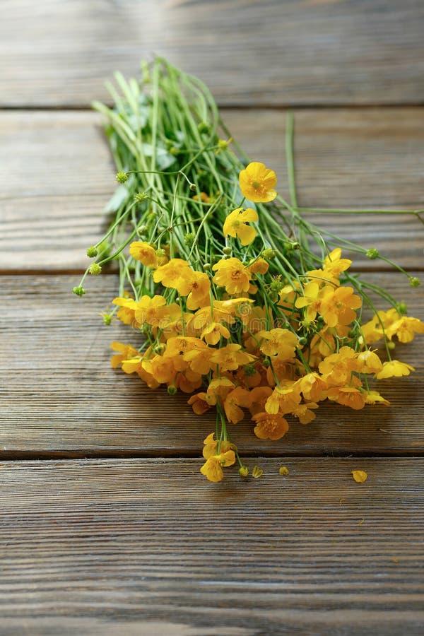 一抱在桌上的黄色花 库存图片