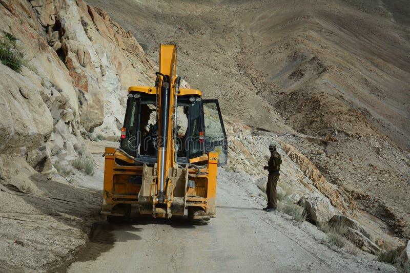 一挖掘机工作在小山在张La通行证,印度 免版税库存图片