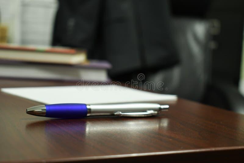一支笔在办公室围拢的焦点 免版税库存图片