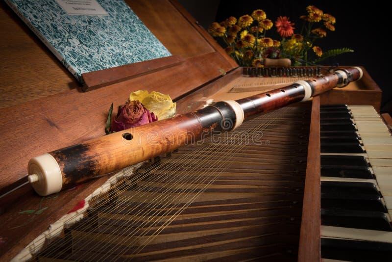 一支老巴洛克式的击弦古钢琴和木横长笛 免版税图库摄影