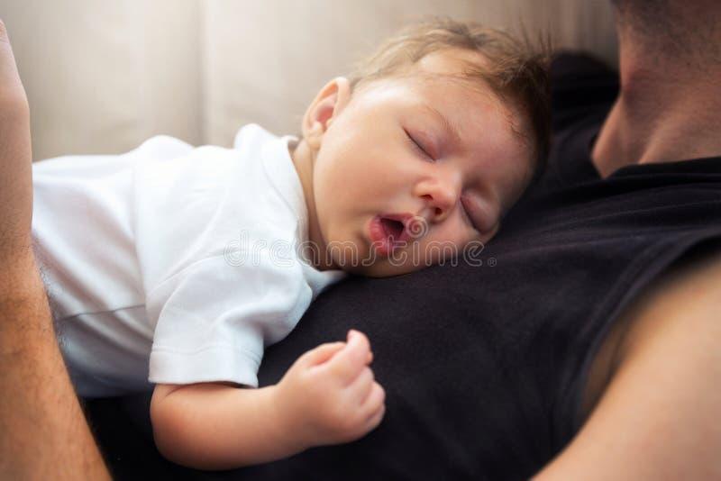 一新出生婴孩睡觉 库存照片