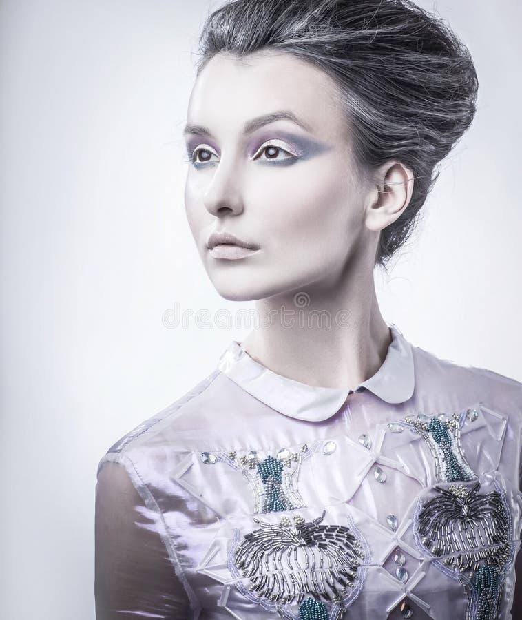 一时兴的少女的画象有一种时兴的发型的 免版税库存照片