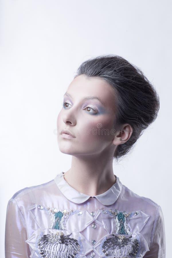 一时兴的少女的画象有一种时兴的发型的 免版税库存图片