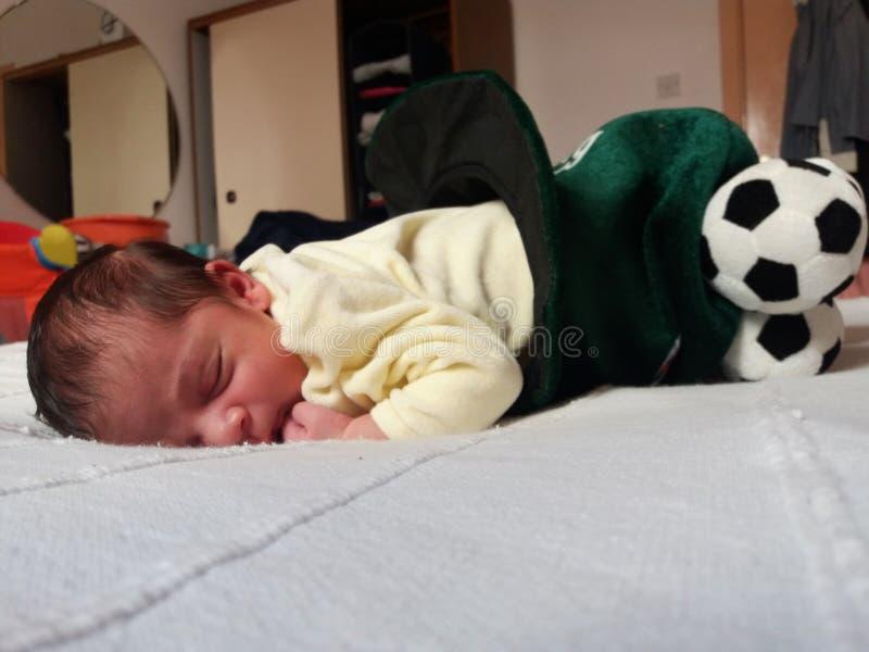 一星期新出生男婴睡觉 库存照片
