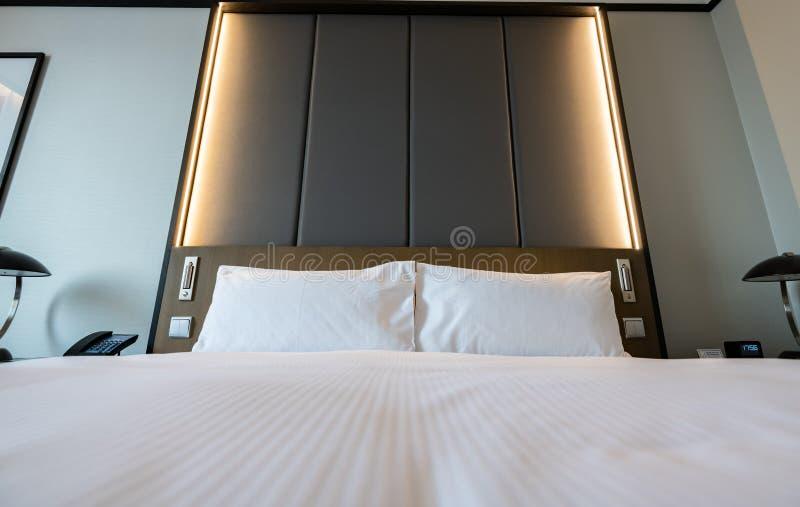 一普通酒店房间-床,窗口,桌,在射击的灯全部的图片 免版税库存图片