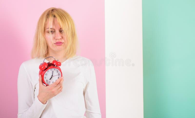 一更加可怕唤醒 缺乏健康的睡眠坏 睡过头的副作用有害许多的睡眠 昏昏欲睡的女孩 免版税库存照片