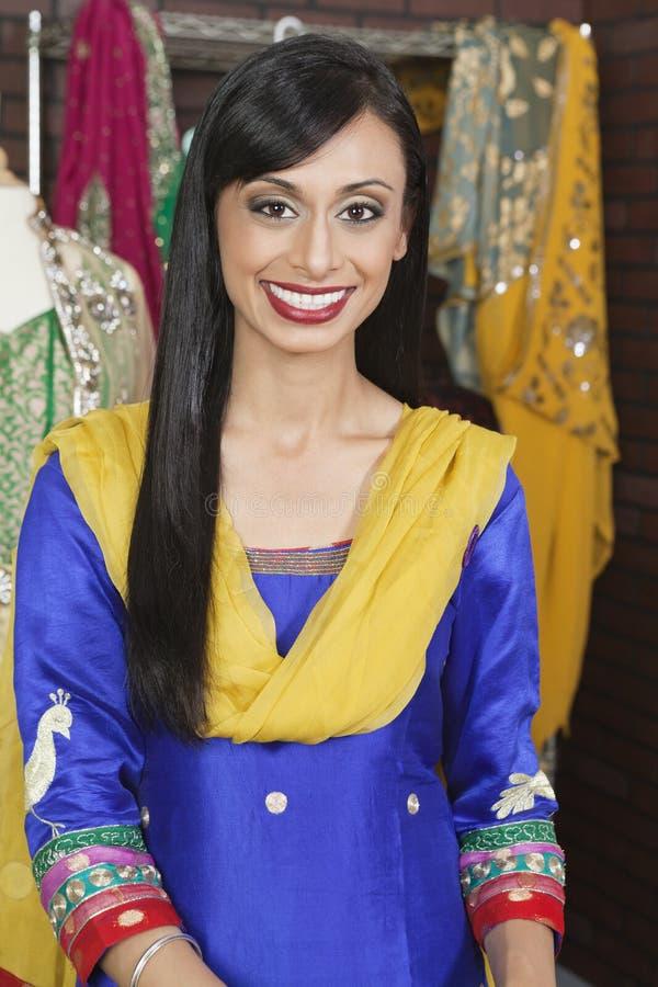 一有吸引力印地安女性裁缝微笑的画象 免版税图库摄影