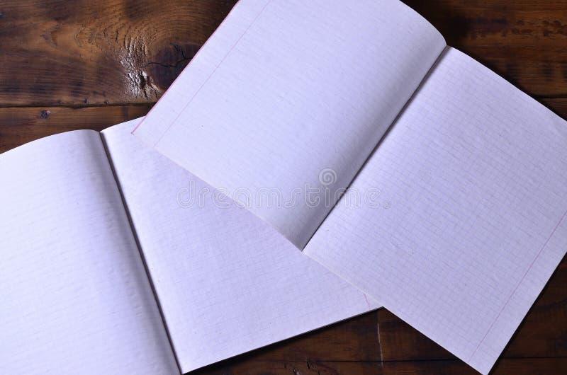 一本干净的白色学校支票簿的照片在棕色木背景的 想法或消息概念 大量tex的空间 免版税图库摄影