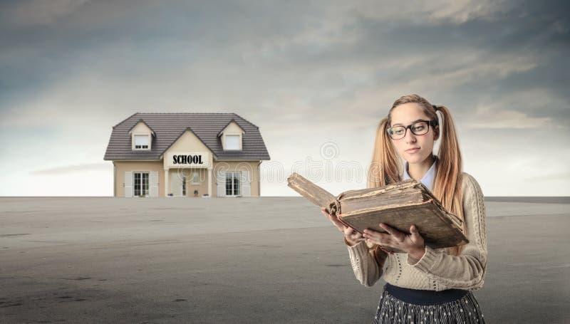 读一本旧书的年轻学生 免版税库存照片