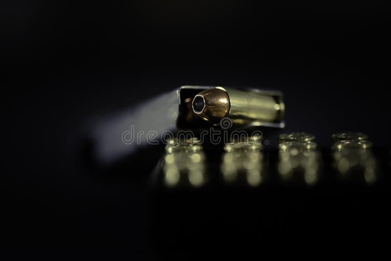 一本有子弹的枪杂志 库存图片