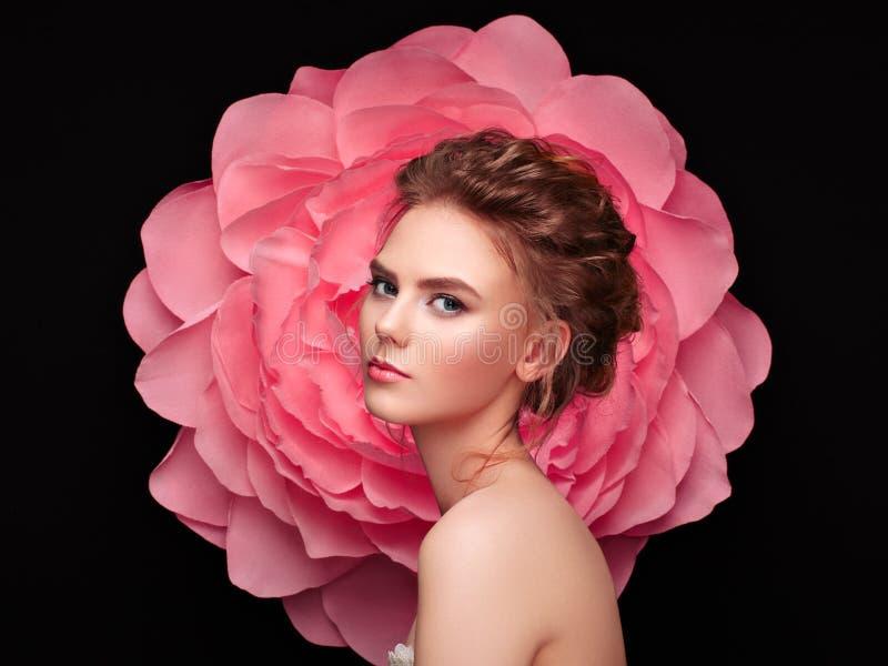 一朵大花的背景的美丽的妇女 库存图片