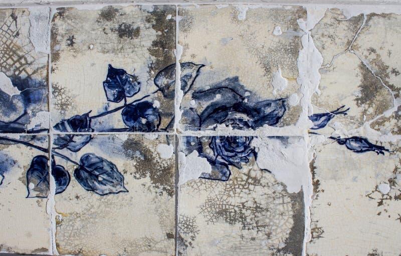 一朵蓝色玫瑰的细节在瓷砖墙壁上的从老房子损坏的门面在葡萄牙 免版税库存照片