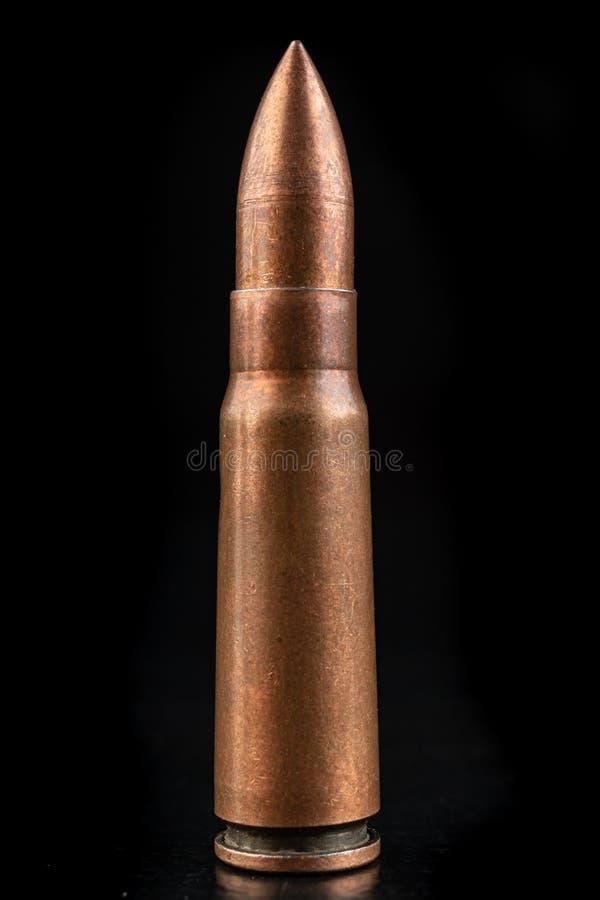 一杆高速步枪的弹药 一杆军用步枪的弹药筒 免版税库存图片
