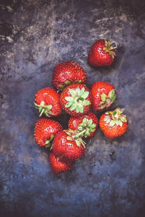 一束在黑暗的老背景的新鲜的水多的草莓, 图库摄影