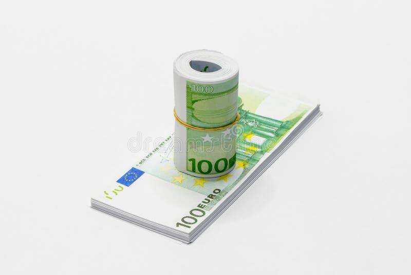 一束在100欧元笔记的衡量单位的欧洲欧元卷起和相连与与一堆o的一个简单的橡皮筋儿 库存图片