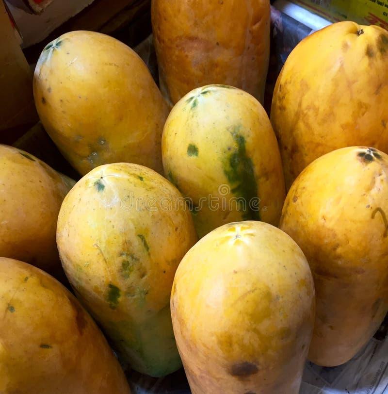 一束成熟的番木瓜 免版税库存图片