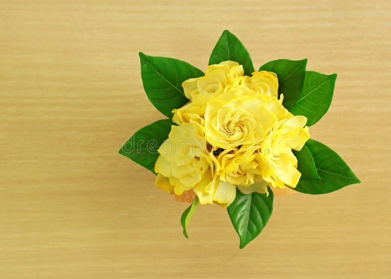 56黄色一级_一束在木背景的黄色花