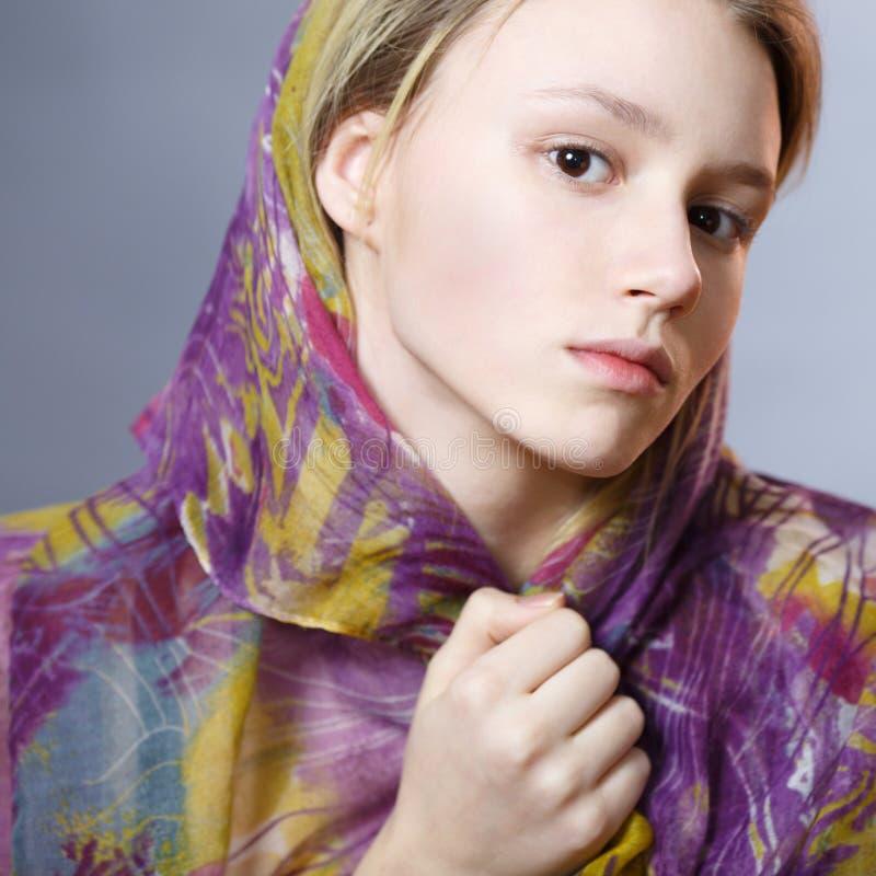 一条五颜六色的围巾的女孩 免版税库存照片