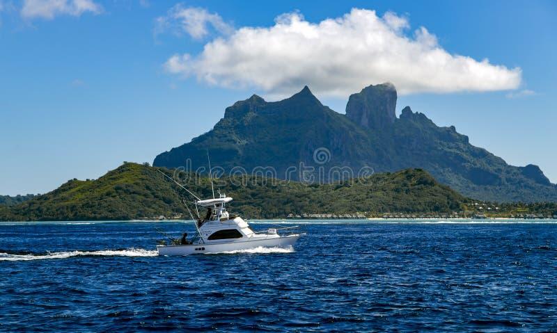一条从钓鱼的小白色小船回归到博拉博拉岛海岛 库存照片