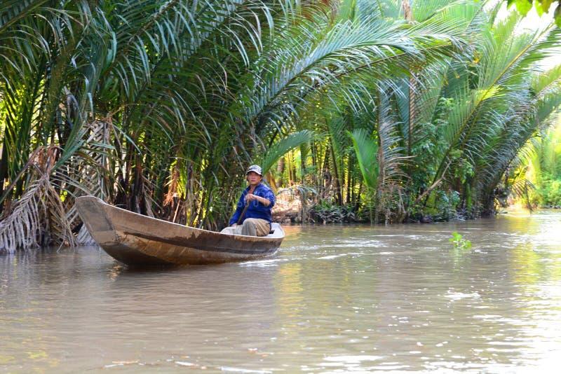 一条传统小船的渔夫 槟知 湄公河三角洲区域 越南 免版税库存照片