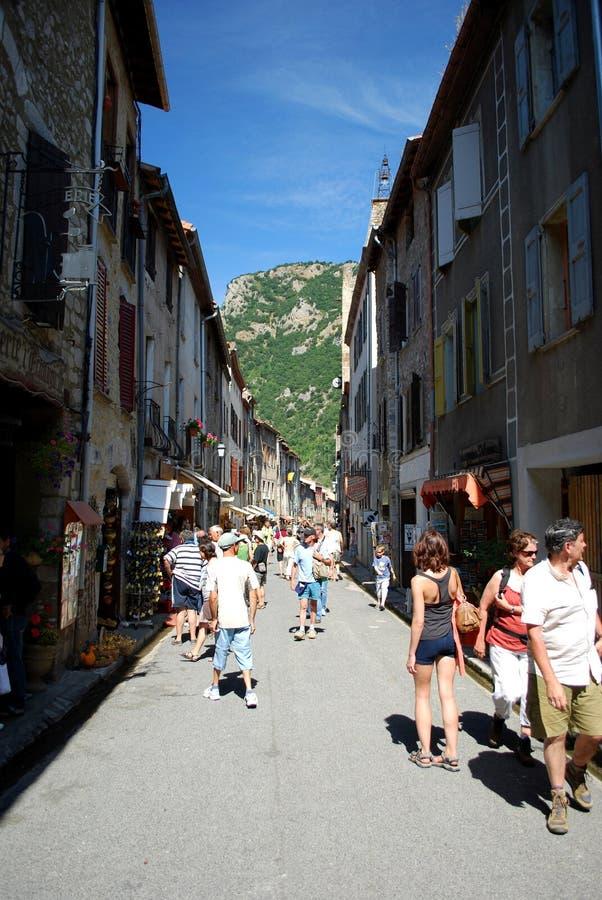一条俏丽的街道繁忙与游人在Villfranche在法国的南部的de Conflent俏丽的被围住的镇  这个中世纪城市 库存照片