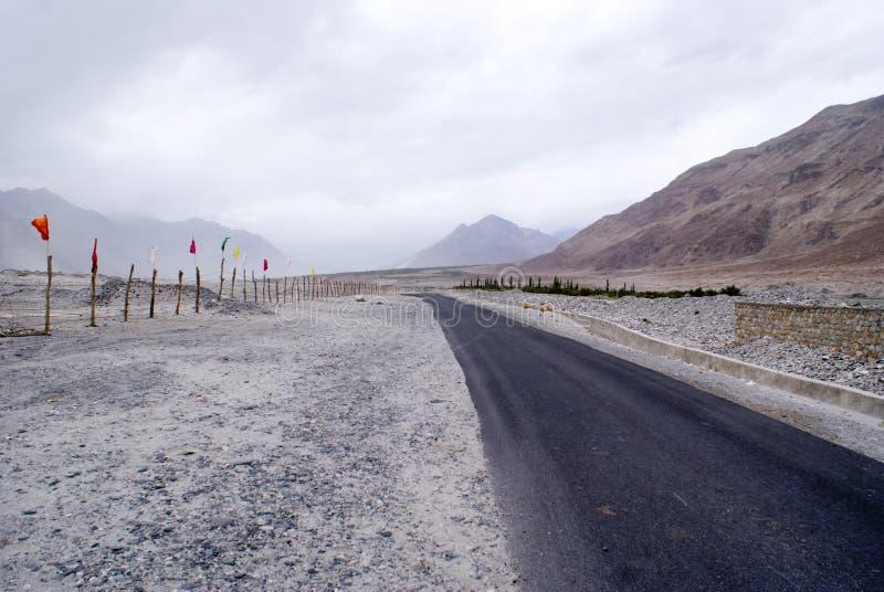 一条偏僻的路在Nubra谷冷的沙漠  免版税库存照片