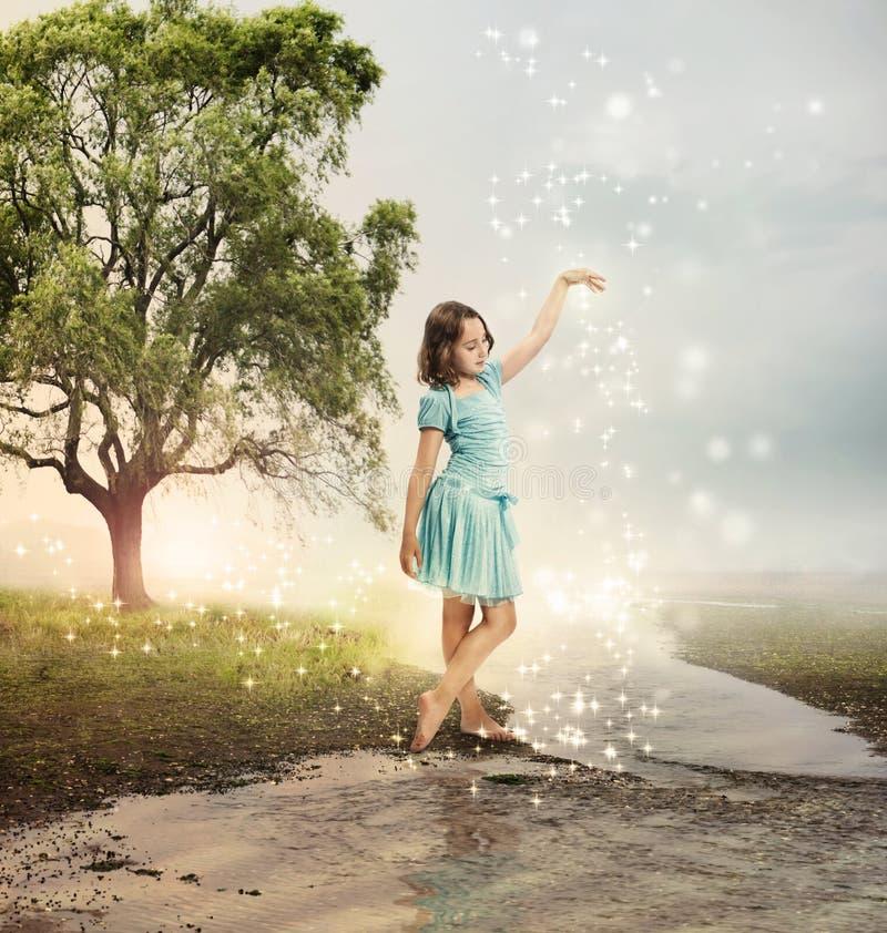 一条光亮的溪的小女孩 库存照片