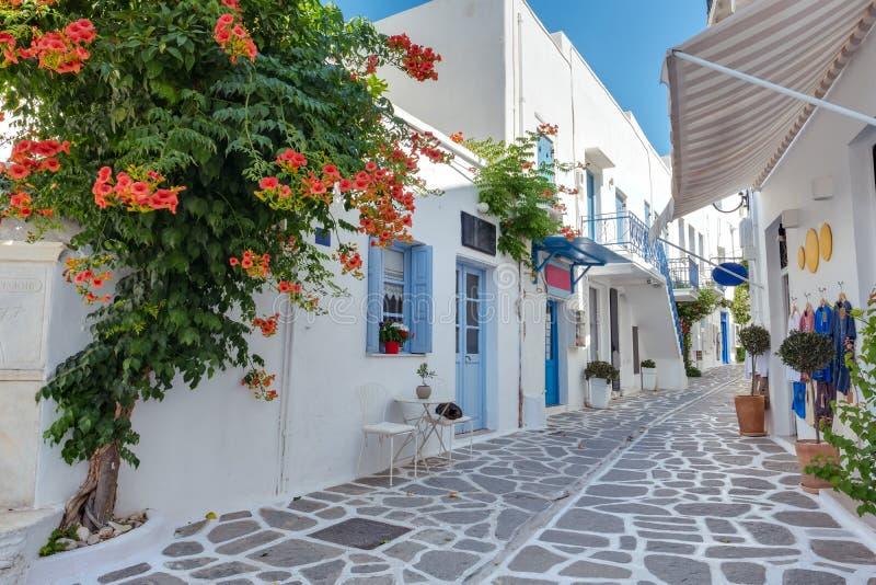 一条典型的狭窄的街道的看法在Parikia,帕罗斯岛海岛,基克拉泽斯老镇  免版税库存照片