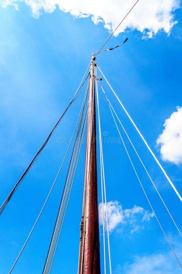 一条历史的Botter小船的帆柱和索具 库存图片