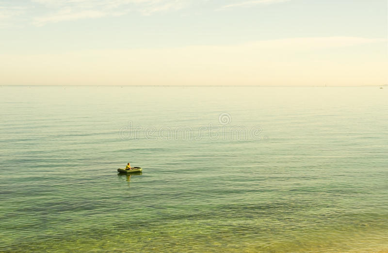 一条可膨胀的小船的年轻人 图库摄影