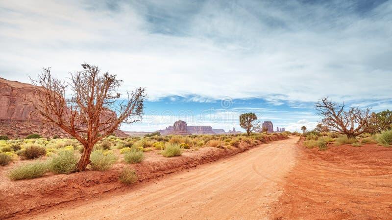 一条土路的全景在纪念碑谷的 免版税库存照片