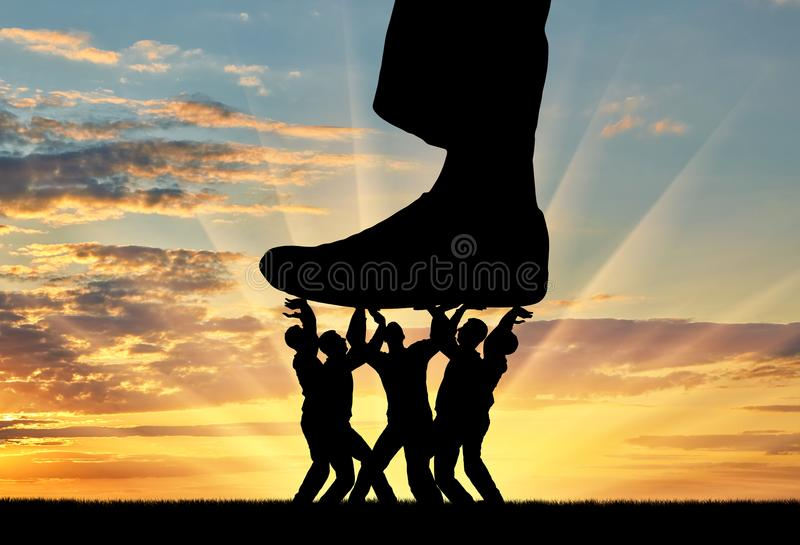 一条大腿的剪影在抵抗它人的人群按  免版税图库摄影