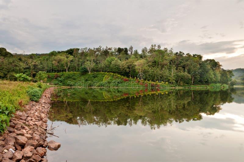 在湖的大道反射 库存照片