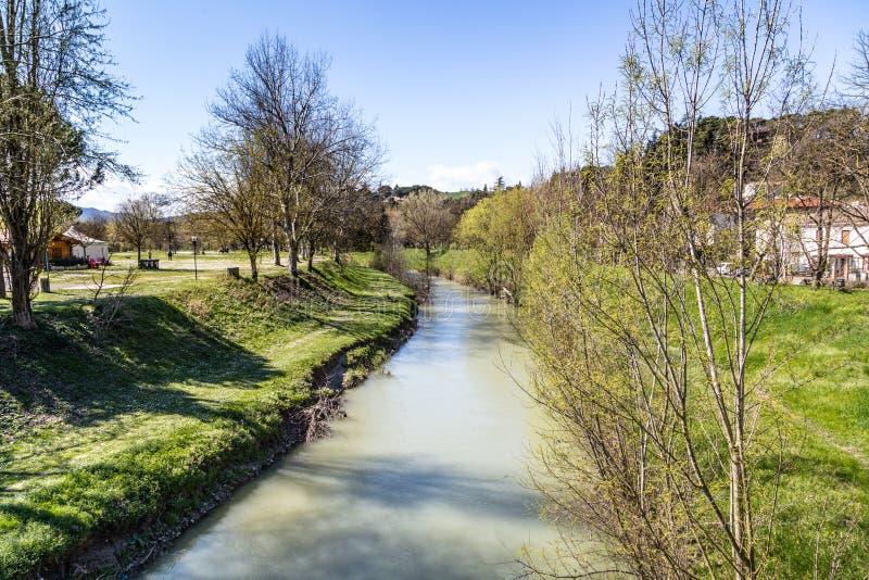 一条安静的河的宁静在小山的乡下 免版税库存图片