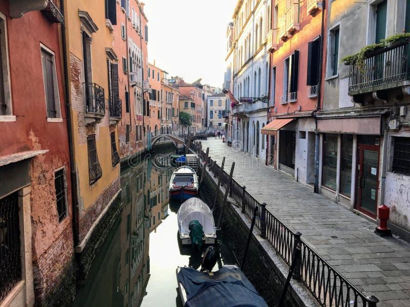 一条安静的狭窄的老运河的清早视图在威尼斯,意大利 古老威尼斯式建筑学排行运河 免版税图库摄影