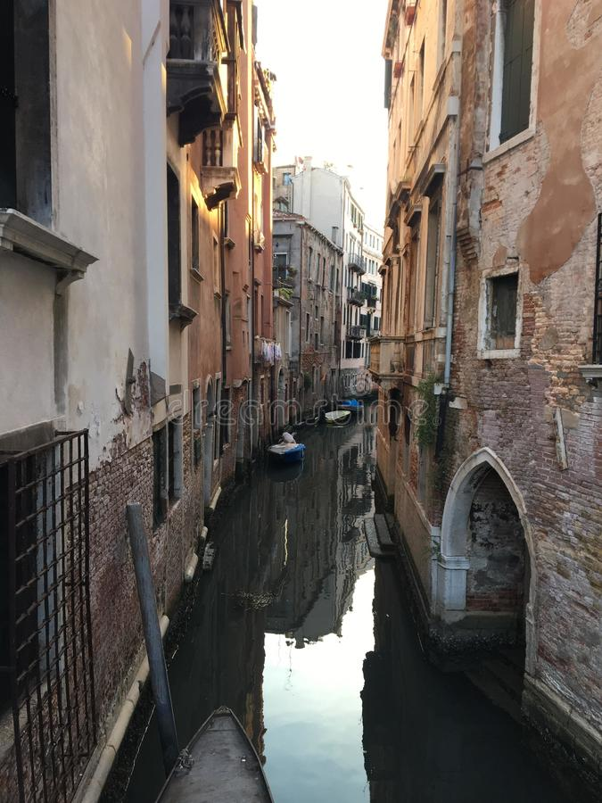 一条安静的狭窄的老运河的清早视图在威尼斯,意大利 古老威尼斯式建筑学排行运河 免版税库存图片