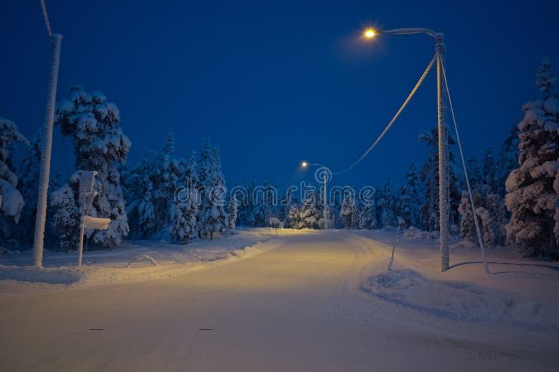 一条安静的镇路冬天中在拉普兰 库存图片