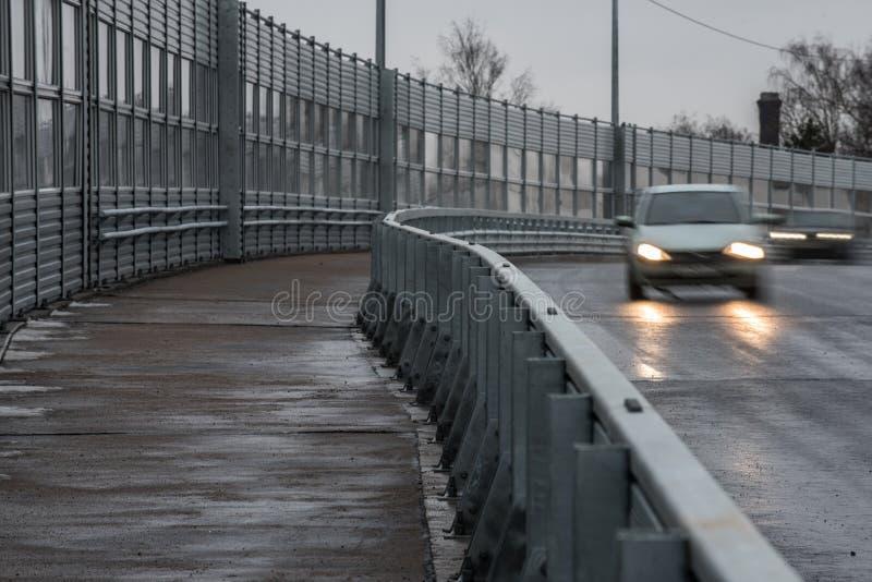 一条宽步行路沿高速高架桥被留下 锡勒 库存图片