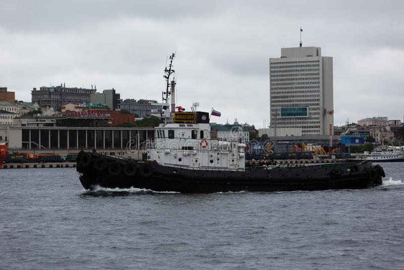 一条小拖曳的小船在镇静水 免版税库存照片