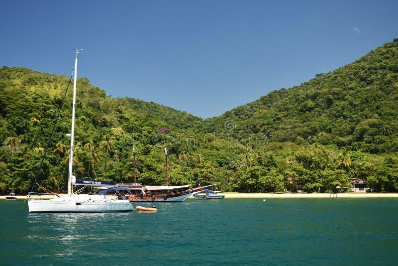 2019?2?10? 一条小船和山的美丽的景色在格兰德岛,里约热内卢,巴西 库存照片