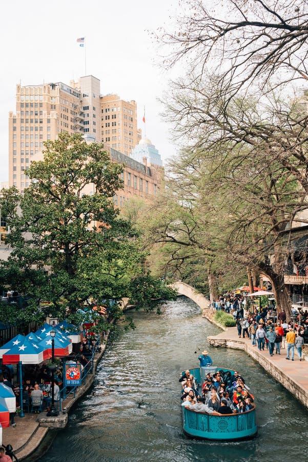 一条小船和Riverwalk在圣安东尼奥,得克萨斯 免版税库存图片