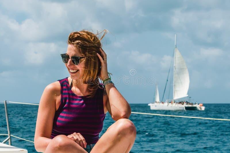 一条小船的女孩在绍纳岛,多米尼加共和国附近 库存照片